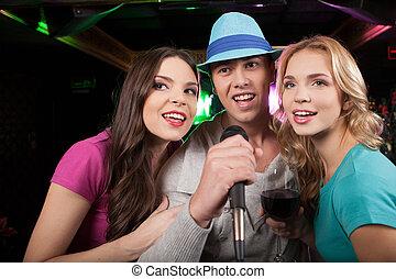 joven, amigos, canto, micrófono, fiesta, hombre,...