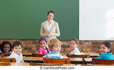 lindo, alumnos, y, profesor, sonriente, en, cámara,...