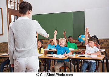 lindo, alumnos, Levantar, su, Manos, en, clase,