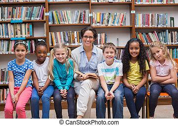 lindo, alumnos, y, profesor, lectura, en, biblioteca,