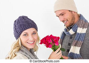 atraente, par, morno, roupa, segurando, flores