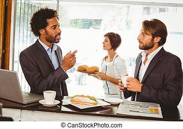 Homens negócios, desfrutando, seu, almoço,...