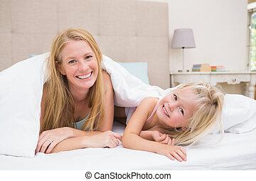 lindo, poco, niña, madre, Cama