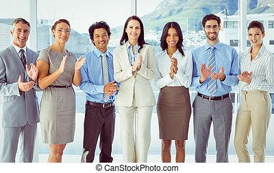 aplaudiendo, trabajadores, sonriente