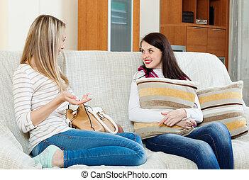 dos, casual, mujeres, chismoso, sofá