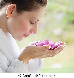 lado, vista, bonito, mulher, cheirando, flores