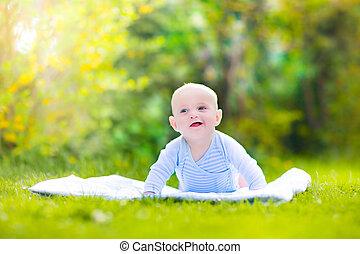 lindo, reír, bebé, jardín