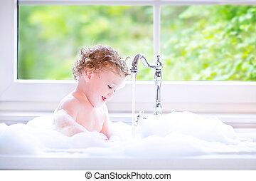 divertido, bebé, niña, juego, agua, espuma,...