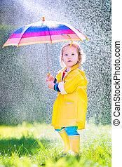 面白い, よちよち歩きの子, 傘, 遊び, 雨
