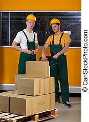 homens, garfo, pallet, caminhão, cheio, caixas