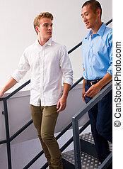 deux, jeune, hommes, debout, escalier