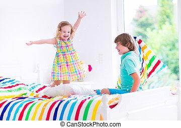 niños, teniendo, almohada, pelea
