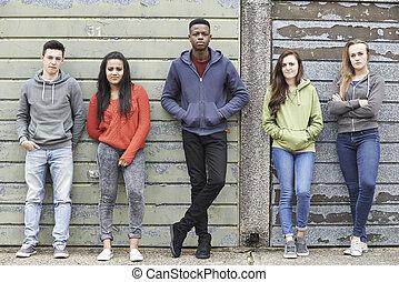 pandilla, de, Adolescentes, ahorcadura, afuera, en, urbano,...