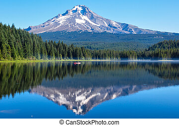 Trillium Lake early morning with Mount Hood, Oregon, USA