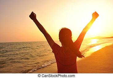 alegrando, mulher, pôr do sol, braços, abertos