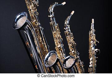 Saxophones, ensemble, quatre, isolé, noir