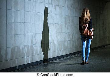 femme, marche, seul, nuit