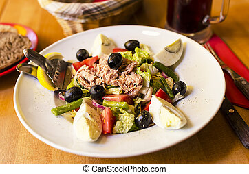 Salad with tuna, tomatoes, basil and onion.