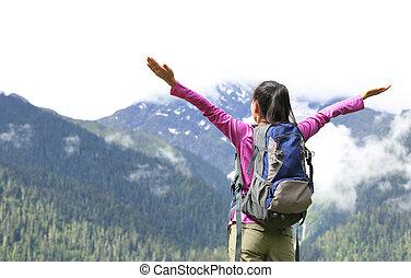 alegrando, mulher, abertos, braços,  Hiking