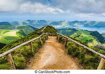 Pad leidt naar kratermeren, Azoren - Een wandelpad dat leidt...