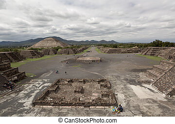 the Avenue of the Dead in Teotihuacan