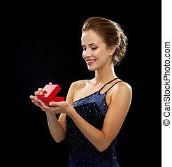 sorrindo, mulher, segurando, vermelho, PRESENTE, caixa