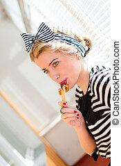 beau,  jalousie, lèvres, blonds,  portrait,  girl, soleil, jeune, fenêtre, rouges, image, femme, manger, chocolat, éclairage, fond,  sexy,  pinup, barre, amusement,  closeup, avoir