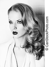 coiffure - Fashion shot of a glamorous blonde woman with...