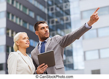 serio, Hombres de negocios, tableta, PC, Aire libre