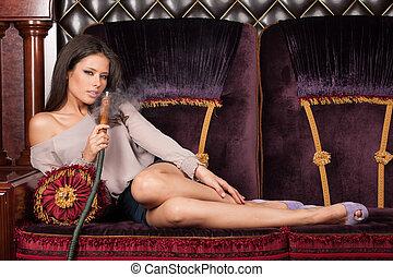 hermoso, joven, mujer, acostado, Fumar, narguile, seductor,...