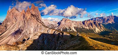 Panorama of the Odle - Geisler group and Pizes de Cir ridge....