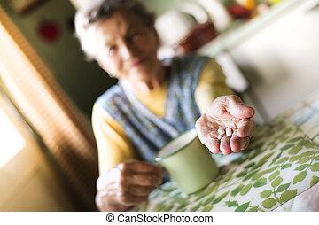 vieux, femme, Prendre, pilules