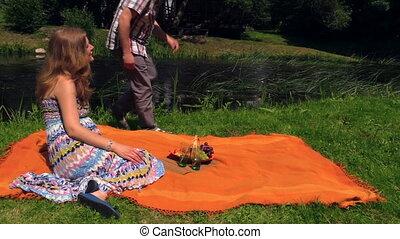 happy couple picnic
