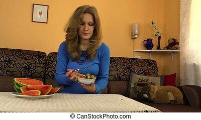 pregnant girl eat fruit
