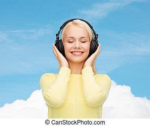 sonriente, joven, mujer, auriculares
