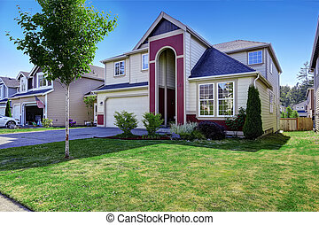 Beautiful house with high entrance porch in red trim - House...