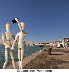 Couple of manikins shots a selfie in Venice - Magnificent...