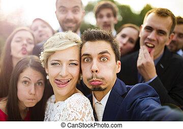 recién casados, amigos, toma, selfie