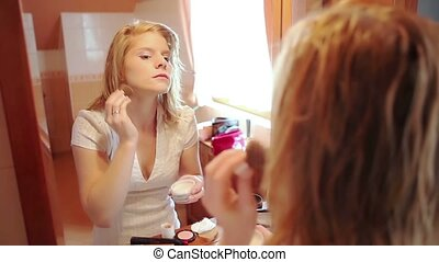 woman putting on make up