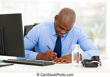 homem negócios, americano,  afro, escritório, trabalhando