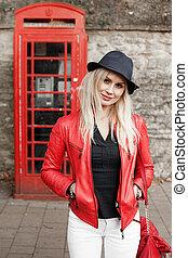 atraente, trendy, jovem, mulher, vermelho, casaco