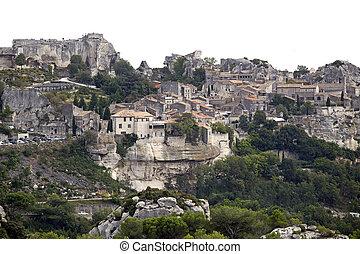 les baux de provence - medieval village of les baux de...