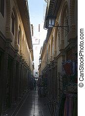 calle estrecha en Granada, Espantilde;a - calle estrecha en...