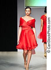 fashion show woman walk - fashion show woman at piste...