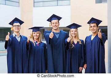 grupo, sonriente, estudiantes, birretes
