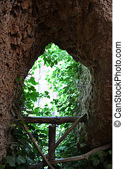 Mirador a la foresta - hueco en la pared de piedra, en forma...