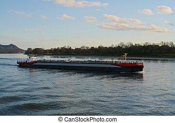 Kleines Tankschiff - Binnenschiff auf dem Rhein