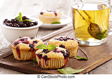 Muffins with black currant and herbal tea