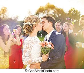 recién casados, Besar, boda, recepción