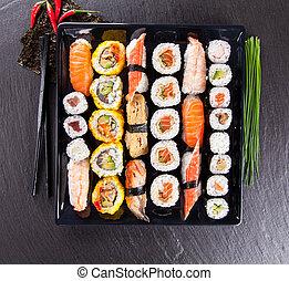 gostosa, sushi, pedaços, servido, pretas, pedra